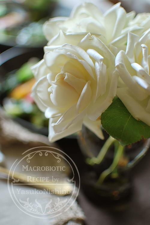 白薔薇とワンプレートランチ。薔薇の季節。